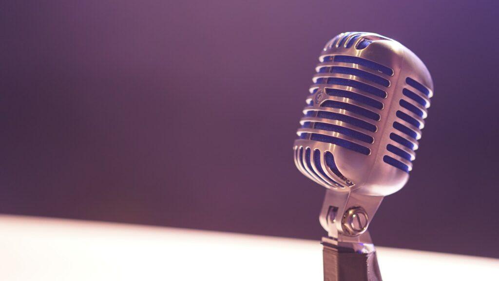 mikrofon  Photo by Matt Botsford on Unsplash